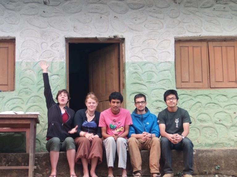 ネパールのボランティア仲間と2